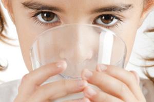 Milch ist wichtig und nahrhaft im Kindesalter